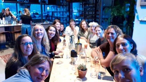 Vrouwen in technisch bedrijf uiteten