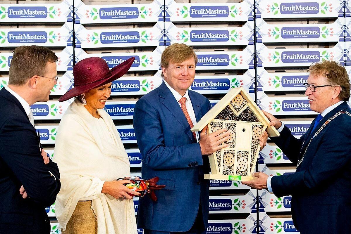 Koningin Willem Alexander en Koningin Maxima krijgen plasticvrije appelverpakking